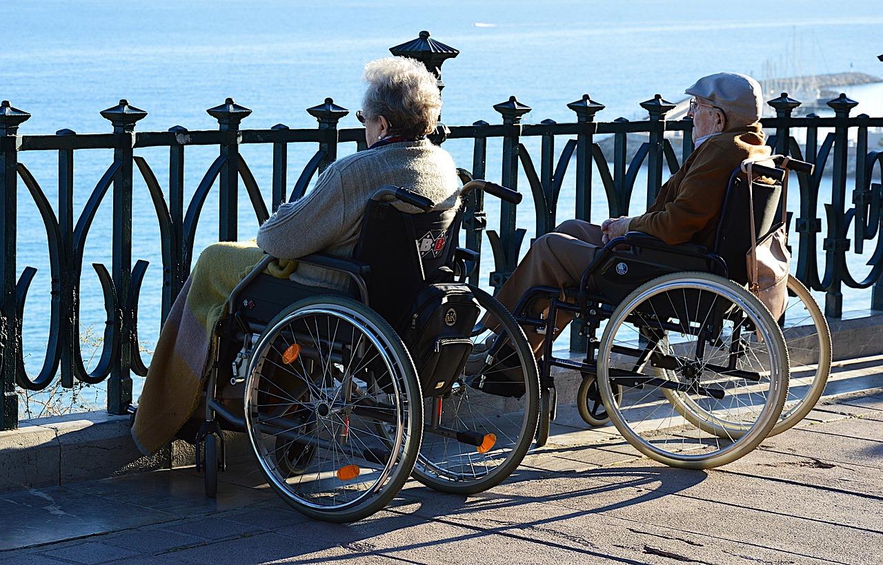 שני זקנים יושבים במזח